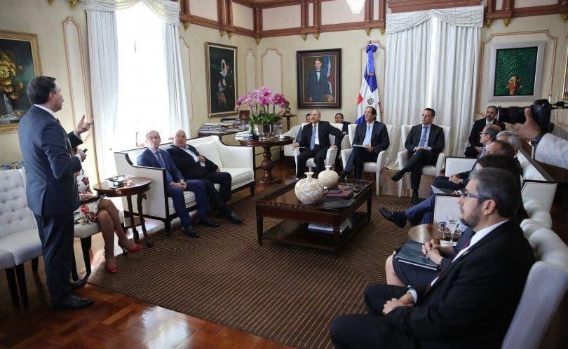 El presidente Danilo Medina y funcionarios de su gobierno escuchan a Vito di Vari en el Palacio Nacional.
