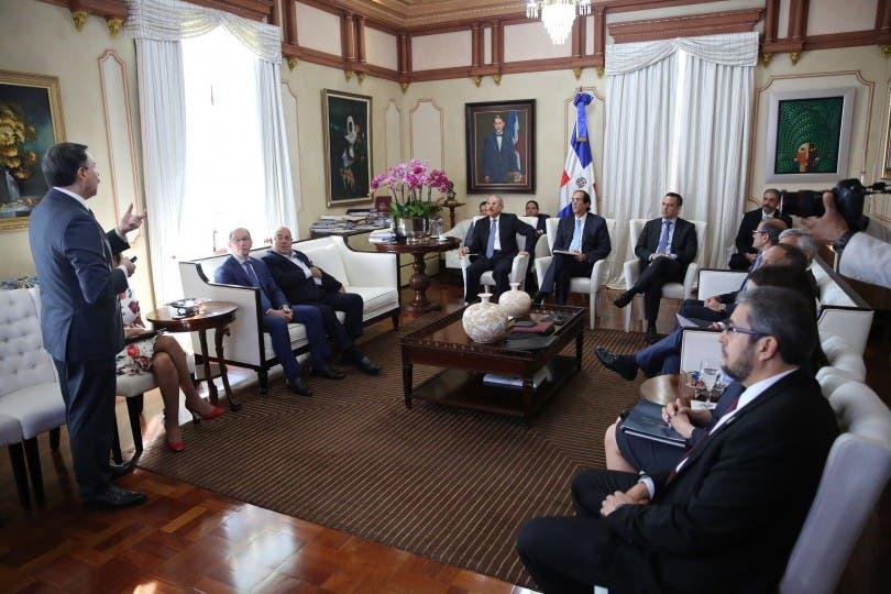 Presidente Danilo Medina recibe al futurista y estratega Vito di Vari en el Palacio Nacional