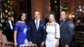 Ney Aldrin Bautista y Olimpia Lora de Bautista junto a invitados.