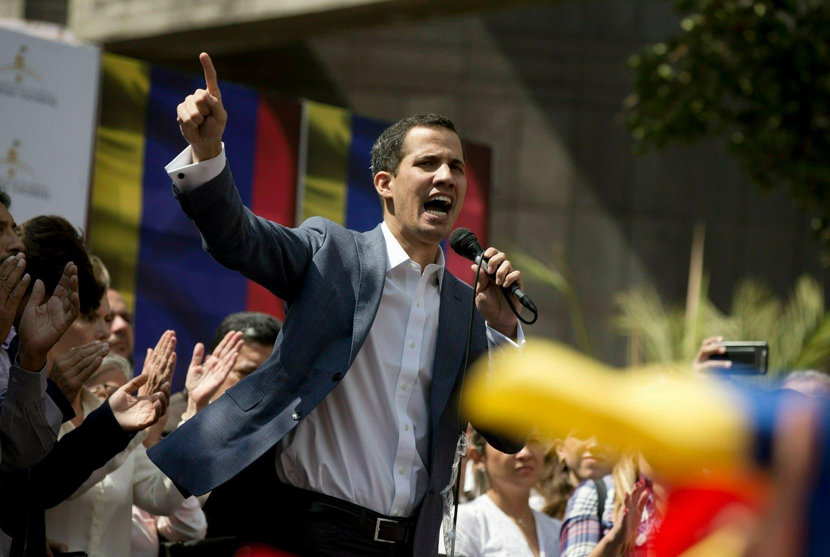 """Juan Guaidó se declara presidente """"encargado"""" de Venezuela ante seguidores de oposición."""