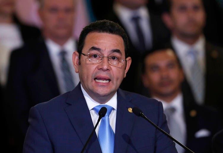 El presidente de Guatemala, Jimmy Morales, flanqueado por miembros de su gabinete, ofrece un mensaje en el Palacio Nacional en Ciudad de Guatemala el lunes 7 de enero de 2019. Guatemala anunció su retiro del acuerdo de creación y operación de una comisión anticorrupción de la ONU, mejor conocida como CICIG, por sus siglas en español. (AP Foto/Moisés Castillo)