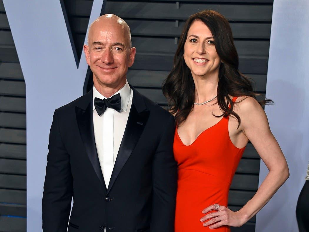 ARCHIVO - Esta foto de archivo del 4 de marzo del 2018 muestra a Jeff Bezos y su esposa MacKenzie Bezos llegando a la Fiesta de los Oscar de Vanity Fair en Beverly Hills, California. (Foto tomada por Evan Agostini/Invision/AP, Archivo)