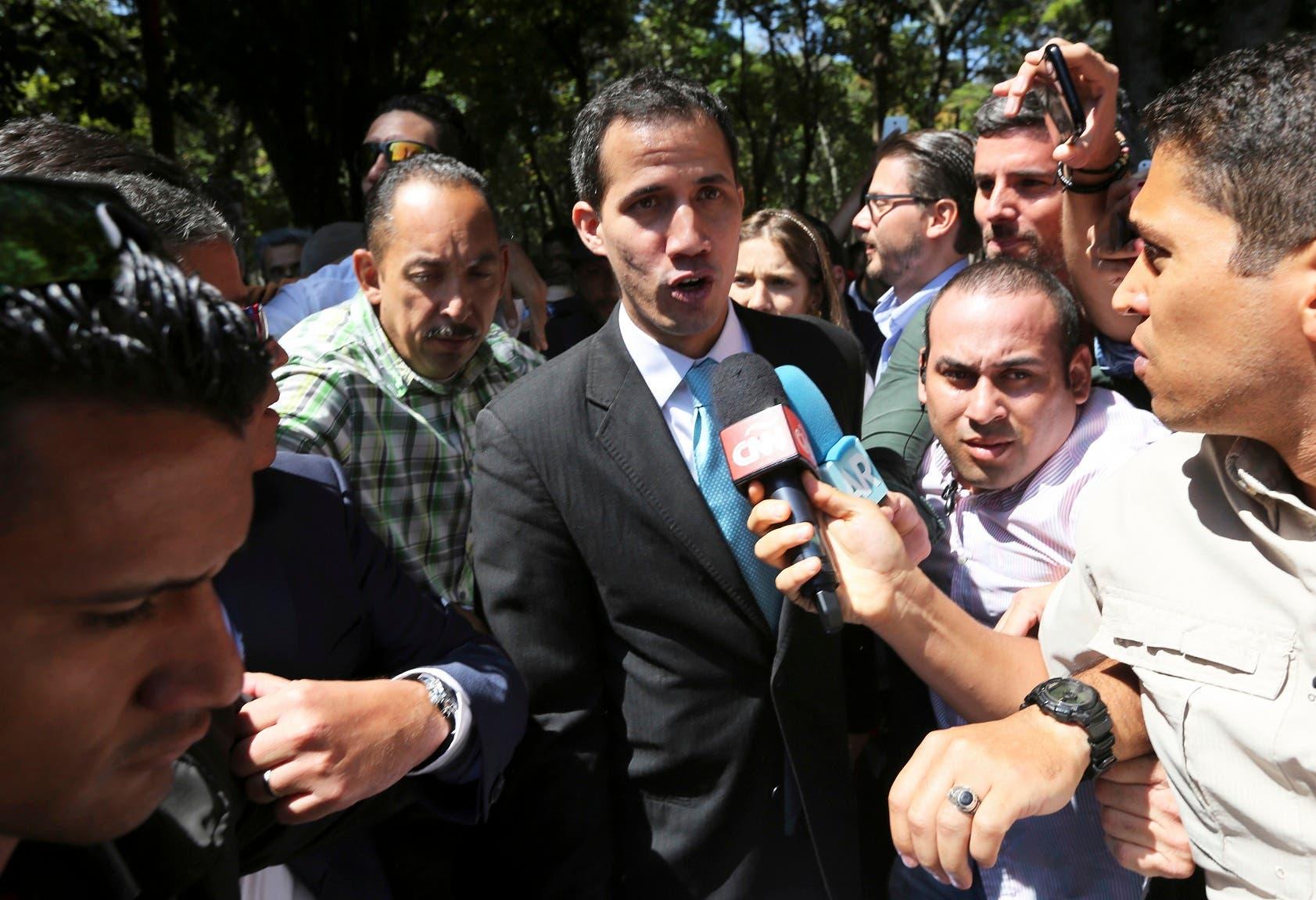 El líder opositor venezolano Juan Guaidó denuncia que fuerzas de seguridad amedrentan a su familia.