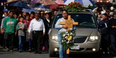La cifra de muertos en la explosión de un oleoducto del que se fugaba combustible debido a una toma ilegal en México se eleva a 93 al morir más víctimas hospitalizadas.