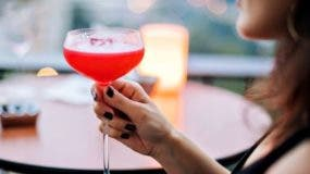 Varias mujeres compartieron sus historias de cómo fueron confundidas con prostitutas al estar sentadas solas en un bar o restaurante.
