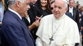 El papa Francisco recibe los saludos del canciller dominicano, Miguel Vargas.