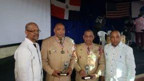 Los coroneles Julio César Hernández Olivero y Victorino Báez Deris reciben los trofeos de parte de los organizadores.