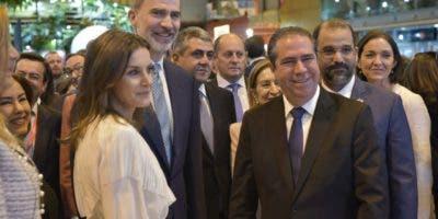Los reyes de España, Letizia  y Felipe junto al ministro de Turismo de República Dominicana, Francisco Javier García, en la inauguración de la Fitur.