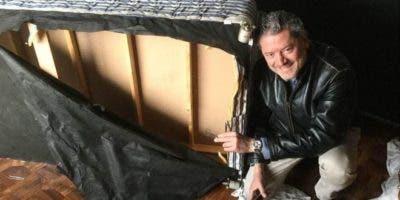 Vasileios Vasileiou junto a la cama en la que se escondió cuando los talibanes entraron en su habitación..