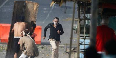Manifestantes opositores durante enfrentamiento con fuerzas de seguridad del gobierno en un barrio de Caracas en apoyo a los militares que intentaron levantarse4 contra el gobierno. (AP Photo/Fernando Llano)
