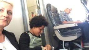 Paula Taylor y su hija pasaron gran parte del vuelo sentadas en el piso.