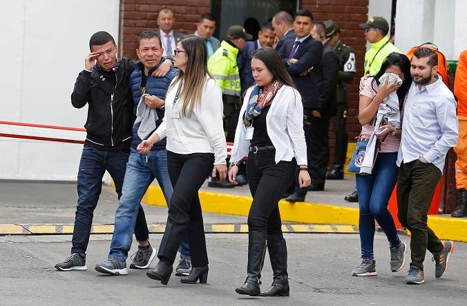 Familiares de las víctimas del atentando lloran delante la Academia de Policía . (AP Photo/John Wilson Vizcaino)