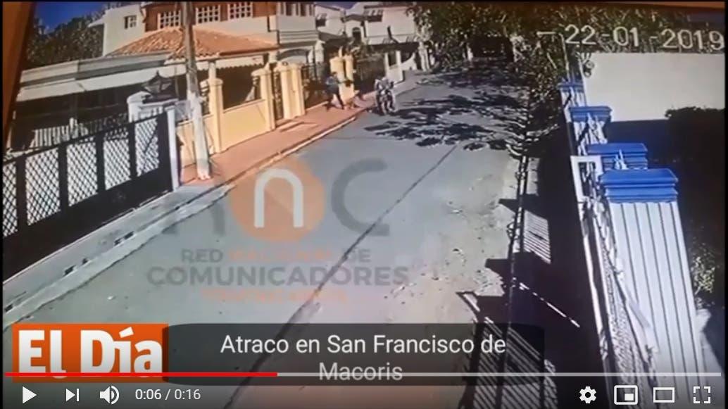 El momento del robo fue captado por una cámara de seguridad del lugar.