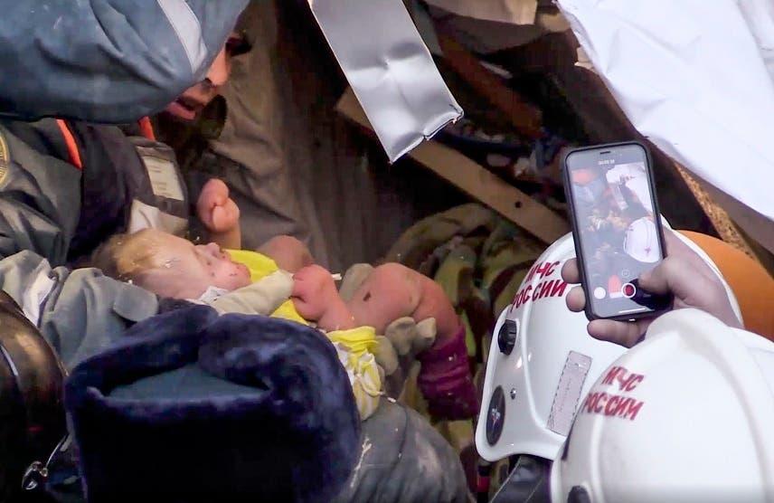 Rescatistas rusos hallan vivo a un bebé que pasó 35 horas bajo los escombros de un edificio de apartamentos que se derrumbó