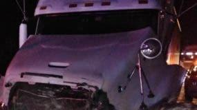 Según el informe preliminar, el accidente ocurrió cuando el carro Toyota Camry, blanco, placa, trató de hacer un rebase