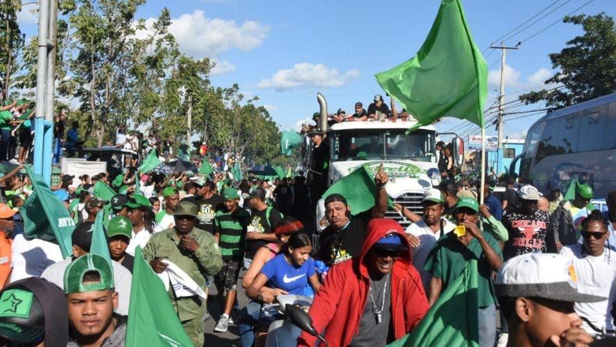 Fanáticos del equipo celebraron en las calles el triunfo en el torneo de béisbol invernal.