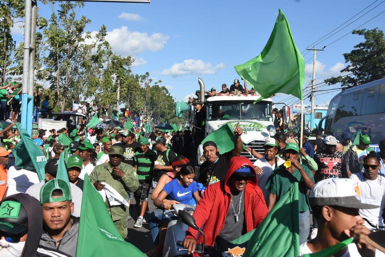 1. Fanáticos del equipo celebraron en las calles el triunfo en el torneo de béisbol invernal.