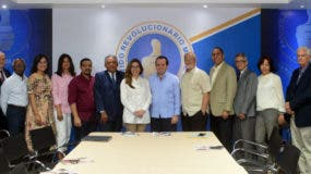 Dirigentes de la Coalición Democrática junto a José Ignacio Paliza y Carolina Mejía, presidente y secretaria general del PRM, respectivamente.