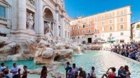 Millones de turistas visitan la fuente cada año lanzado monedas al tiempo que piden un deseo.
