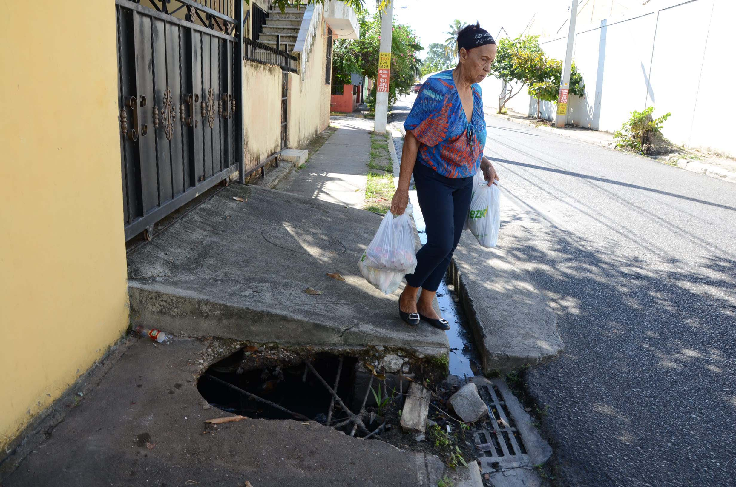 Hoyo donde cayó Ayalivis Ramírez, ubicado en la calle Mercedes Moscoso del sector de Villa Faro, zona oriental.   Jose de león