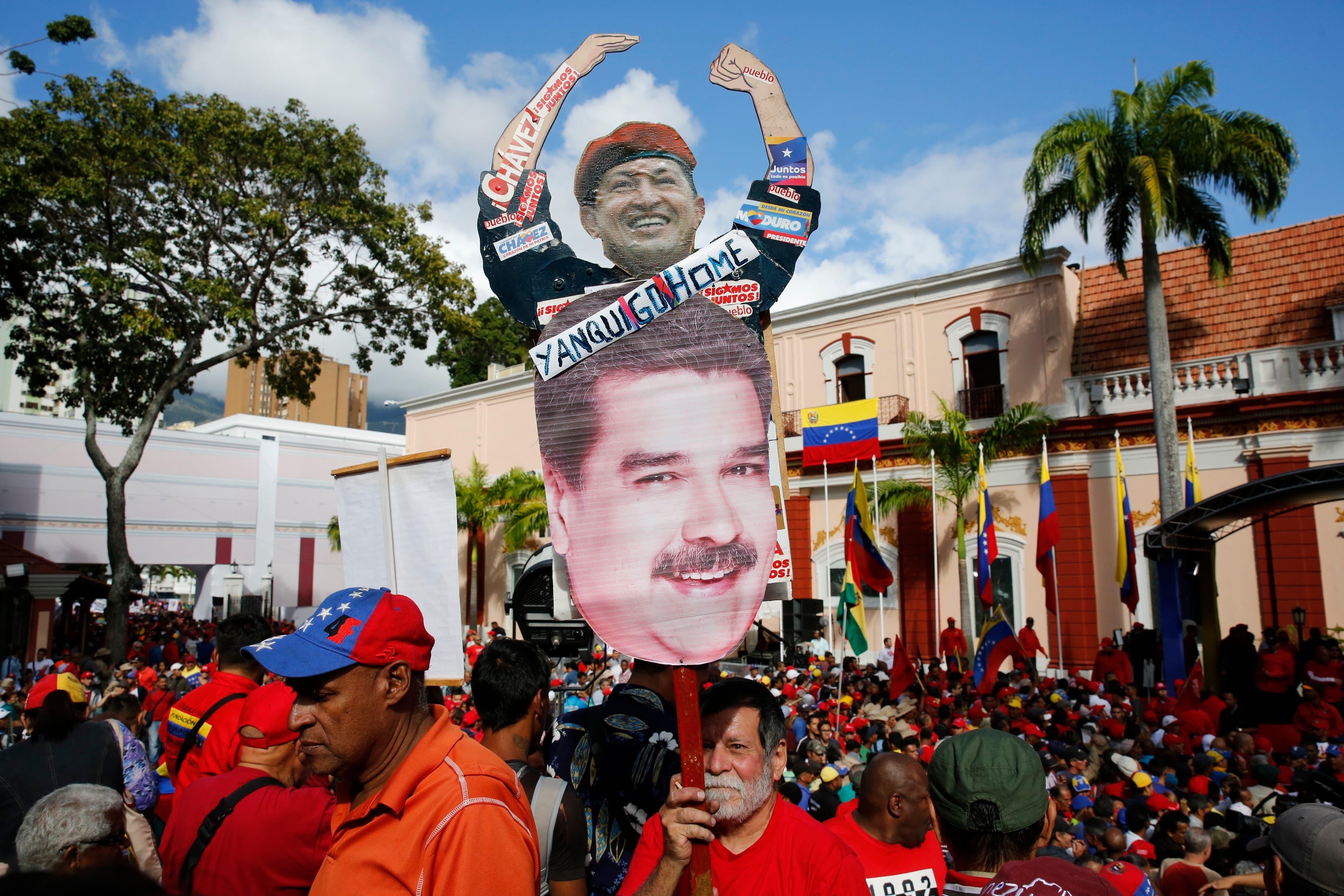 12. El presidente de Venezuela, Nicolás Maduro, habla a sus partidarios desde un balcón en el palacio presidencial de Miraflores durante un mitin en Caracas, Venezuela.