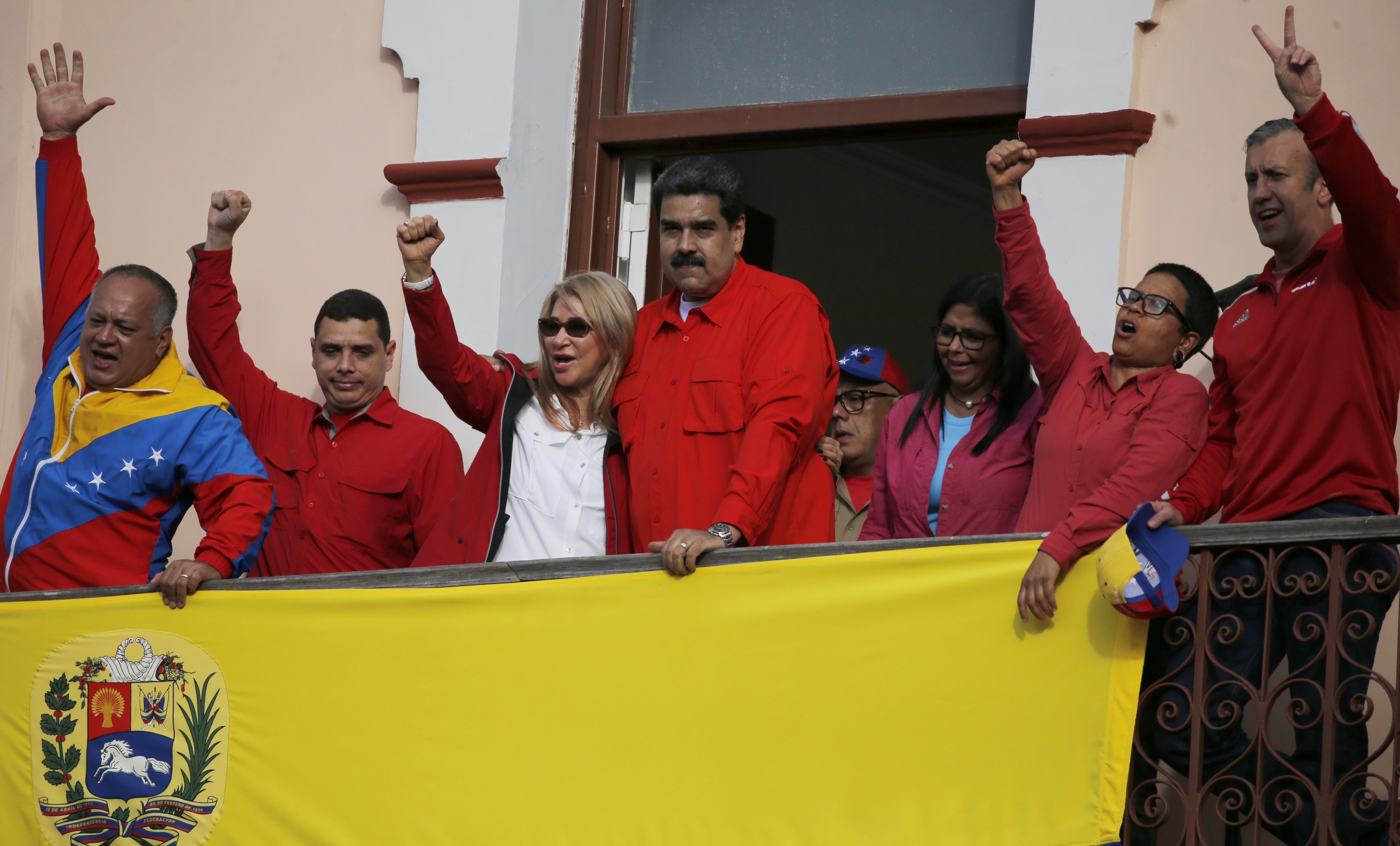 13. El presidente de Venezuela, Nicolás Maduro, en el centro, se encuentra en el balcón del palacio presidencial de Miraflores, acompañado por su esposa Cilia Flores, la tercera desde la izquierda, el presidente de la Asamblea Constitucional Diosdado Cabello, a la izquierda, la vicepresidenta Delcy Rodríguez, tercera a la derecha, el ministro Tarek El Aissami. derecha, y otros funcionarios del gobierno, en Caracas, Venezuela,
