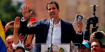 """Juan Guaidó, presidente opositor y presidente de la Asamblea Nacional, se declara presidente """"encargado"""" de Venezuela durante un evento público exigiendo la renuncia del mandatario Nicolás Maduro en Caracas."""