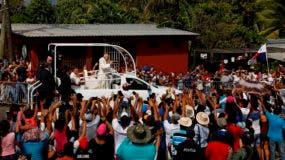 El papa mientras se trasladaba en el papamóvil hacia el centro de detenciones Las Garzas.