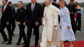 El presidente de Panamá Juan Carlos Varela, el papa Francisco y la primera dama  Lorena Castillo de Varela. AP