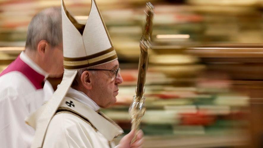 En esta imagen, tomada con velocidad de obturación lenta, el papa Francisco tras celebrar la misa de la Epifanía en la Basílica de San Pedro, en el Vaticano, el 6 de enero de 2019. (AP Foto/Andrew Medichini)