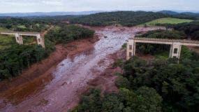 Una vista aérea muestra un puente destruido por una inundación provocada por el colapso de una presa cerca de Brumadinho, Brasil, el viernes 25 de enero de 2019. (Bruno Correia/Nitro vía AP)