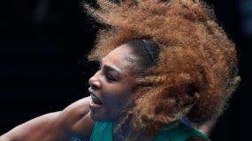 Serena Williams, de los Estados Unidos, sirve a la alemana Tatjana Maria durante su primer partido de la ronda en los campeonatos de tenis del Abierto de Australia en Melbourne, Australia, el martes 15 de enero de 2019. (AP Photo / Kin Cheung)
