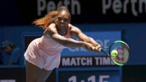 La tenista estadounidense Serena Williams devuelve una pelota durante su partido contra la británica Katie Boulter en la Copa Hopman, en Perth, Australia, el 3 de enero de 2019. (AP Foto/Trevor Collens)