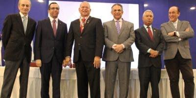 Miembros de la entidad gubernamental durante la celebración del premio.