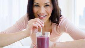Muchos piensan que el jugo de frutas es una buena forma de obtener vitaminas, pero es mejor consumir la fruta entera.