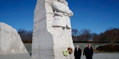El presidente Donald Trump y el vicepresidente Mike Pence visitan el monumento a Martin Luther King Jr., el lunes 21 de enero de 2019, en Washington. (AP Foto/ Evan Vucci)