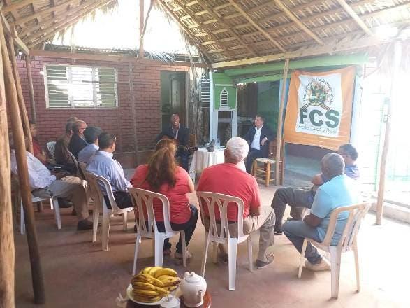 El presidente del Frente Cívico y Social mientras compartía con comunitarios de Azua.