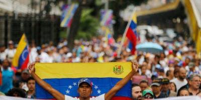Un opositor sostiene una bandera venezolana durante una protesta contra el presidente Nicolás Maduro en Caracas, Venezuela, el miércoles 23 de enero de 2019. (AP Foto/Fernando Llano)
