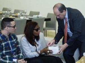 Daniel Biran hace entrega del lector de textos a Karina Lugo.