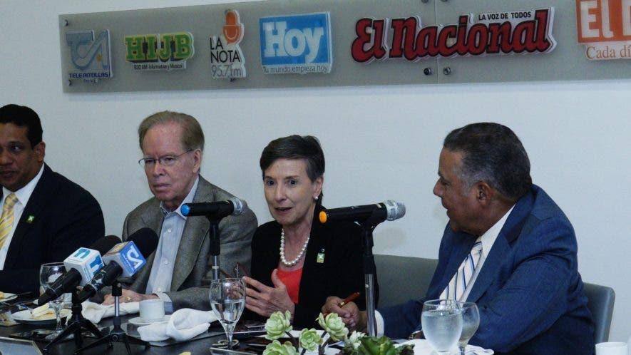 José Alfredo Corripio, Carlos Pimentel, José Luis  Corripio,  Delia Ferreira, Juan Bolívar Díaz y Miriam Díaz Santana en el Almuerzo del Grupo de Comunicaciones Corripio.   Elieser Tapia