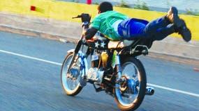 Estos conductores no miden el peligro al que se exponen al realizar esta acrobacia en las avenidas del país.   ARCHIVO