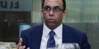 Navarro habla de su  proyecto de  gobierno,  para que llegue el desarrollo a todo el territorio dominicano, observa José Alfredo Corripio.   Elieser TapIa