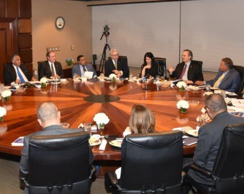 Ejecutivos del banco y de medios  en un encuentro.