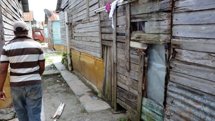 La insalubridad se adueña de  destartaladas casas.  JOSÉ DE LEÓN.