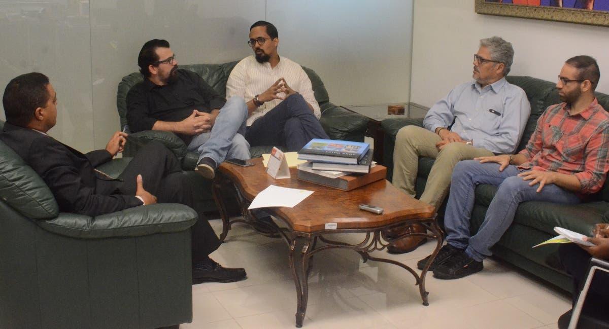 José Monegro, director de EL DÍA, conversa con miembros de agrupación.  Guillermo Burgos