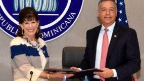 Robin Bernstein  y Donald Guerrero  durante la firma.