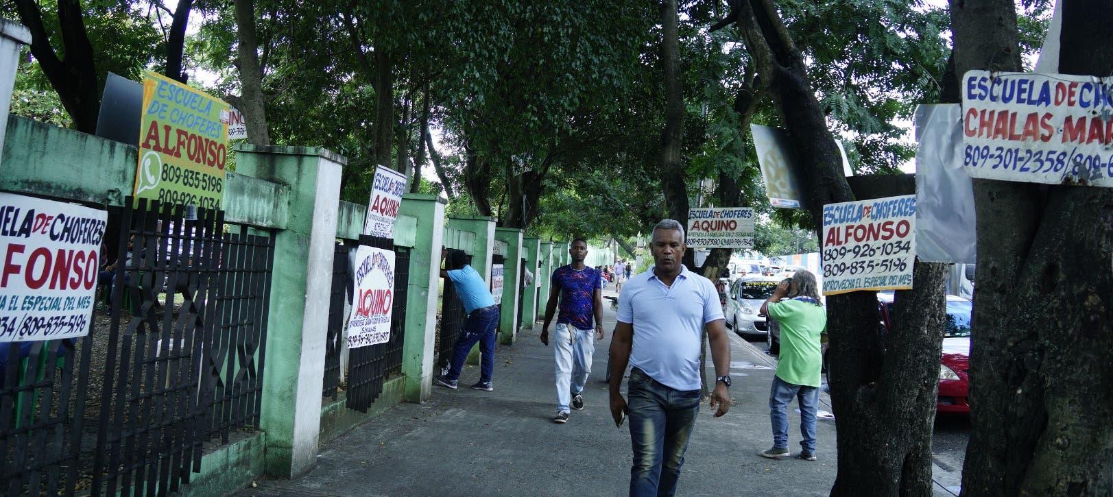 Los propietarios de esas escuelas exhiben sus letreros con ofertas en los alrededores del estadio Quisqueya.  Elieser Tapia.