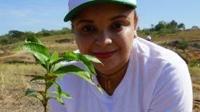 Una empleada en la jornada de reforestación.