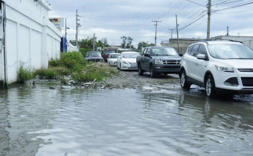 La intersección permanece inundada, mientras  el caos se adueña de la zona.   Elieser Tapia.