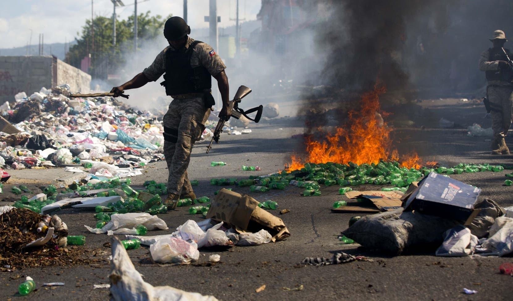 Unas mil personas se manifestaron en el país, y otros quemaron  neumáticos y levantaron   barricadas en Puerto Príncipe.